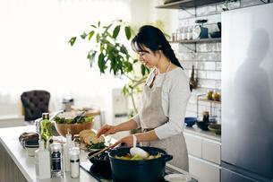 料理をする40代日本人女性の写真素材 [FYI04498072]