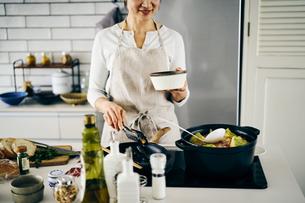 料理をする40代日本人女性の写真素材 [FYI04498075]