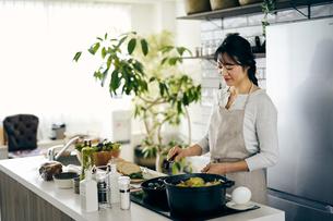 料理をする40代日本人女性の写真素材 [FYI04498078]