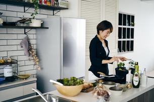料理をする40代日本人女性の写真素材 [FYI04498081]