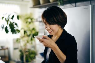 味見をする40代日本人女性の写真素材 [FYI04498087]