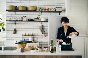 料理をする40代日本人女性の写真素材 [FYI04498089]