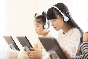タブレット学習をする子どもたちの写真素材 [FYI04498096]