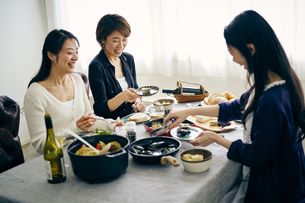 ホームパーティーを楽しむ40代日本人女性3人の写真素材 [FYI04498142]