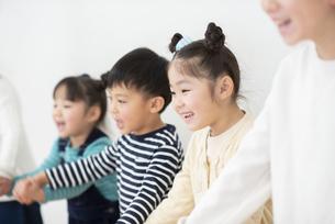 手をつなぐ子どもたちの写真素材 [FYI04498171]