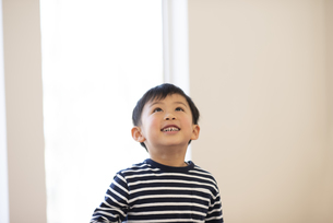 上を見上げる男の子の写真素材 [FYI04498181]