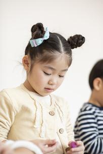 粘土で遊ぶ女の子の写真素材 [FYI04498193]