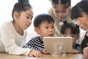 タブレットを見る子どもたちの写真素材 [FYI04498196]