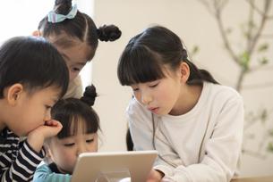 タブレットを見る子どもたちの写真素材 [FYI04498197]