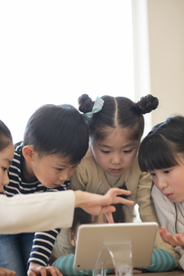 タブレットを見る子どもたちの写真素材 [FYI04498198]