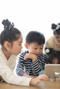 タブレットを見る子どもたちの写真素材 [FYI04498199]