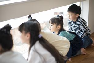 窓の外を見る子どもたちの写真素材 [FYI04498204]