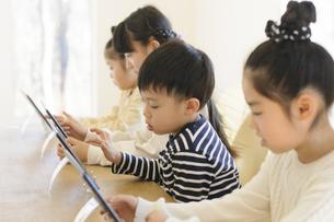 タブレット学習をする子どもたちの写真素材 [FYI04498207]