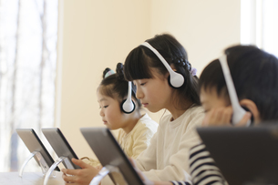 タブレット学習をする子どもたちの写真素材 [FYI04498214]