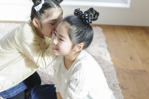 内緒話をする女の子の写真素材 [FYI04498249]