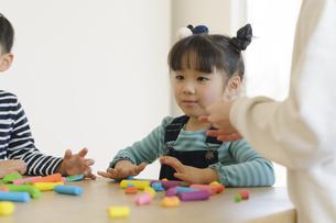 粘土で遊ぶ女の子の写真素材 [FYI04498254]