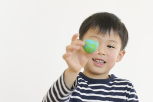 粘土で遊ぶ男の子の写真素材 [FYI04498255]