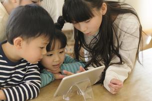 タブレットを見る子どもたちの写真素材 [FYI04498258]