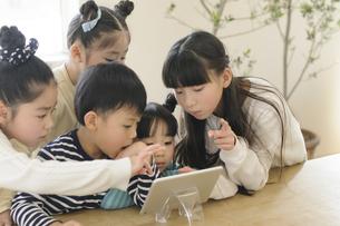 タブレットを見る子どもたちの写真素材 [FYI04498260]
