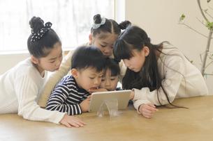 タブレットを見る子どもたちの写真素材 [FYI04498261]