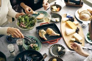 ホームパーティーの食卓の写真素材 [FYI04498264]