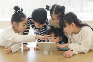タブレットを見る子どもたちの写真素材 [FYI04498265]