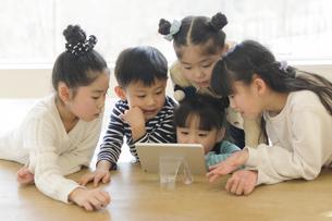 タブレットを見る子どもたちの写真素材 [FYI04498266]