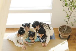 タブレットを見る子どもたちの写真素材 [FYI04498269]