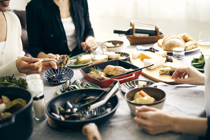 ホームパーティーの食卓の写真素材 [FYI04498272]