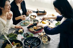 ホームパーティーを楽しむ40代日本人女性3人の写真素材 [FYI04498278]