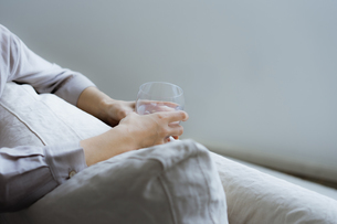 グラスを持つ女性の手元の写真素材 [FYI04498294]