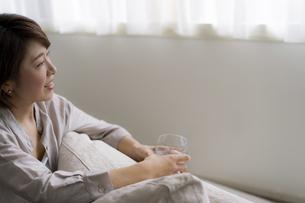 グラスを持つ40代日本人女性の写真素材 [FYI04498295]