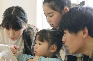 タブレットを見る子どもたちの写真素材 [FYI04498297]