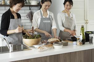料理をする40代日本人女性3人の写真素材 [FYI04498303]