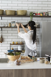 料理をする40代日本人女性の写真素材 [FYI04498308]
