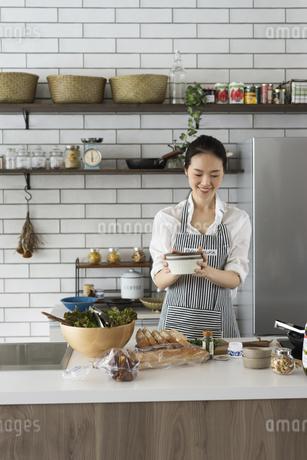 料理をする40代日本人女性の写真素材 [FYI04498309]