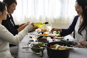 ホームパーティーを楽しむ40代日本人女性3人の写真素材 [FYI04498316]