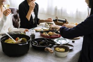 ホームパーティーの食卓の写真素材 [FYI04498320]