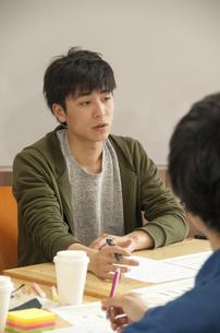 話し合いをする若者の写真素材 [FYI04498327]