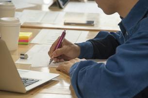 ペンを持つ学生の手元の写真素材 [FYI04498328]