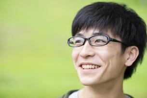 自然の中で微笑む若者の写真素材 [FYI04498336]