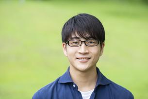 自然の中で微笑む若者の写真素材 [FYI04498337]
