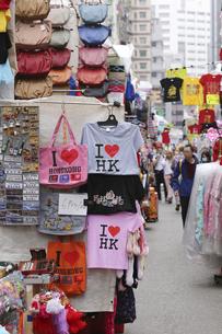 香港・旺角(モンコック/Mong Kok)の通菜街(通称女人街)。さまざまな洋服などの屋台が並ぶの写真素材 [FYI04498355]