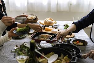 ホームパーティーの食卓の写真素材 [FYI04498356]