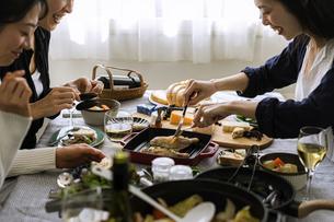 ホームパーティーを楽しむ40代日本人女性3人の写真素材 [FYI04498357]