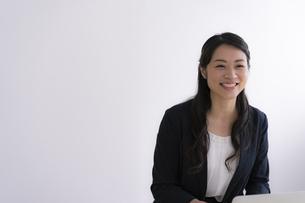 笑顔の40代ビジネスウーマンの写真素材 [FYI04498362]