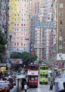 香港・ワンチャイ(湾仔)の街を行く路面電車トラム。トラムは英国植民地時代から走り続ける香港庶民の足の写真素材 [FYI04498368]