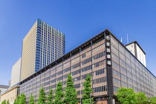 新緑の木立と高層ビルと帝国劇場の写真素材 [FYI04498396]