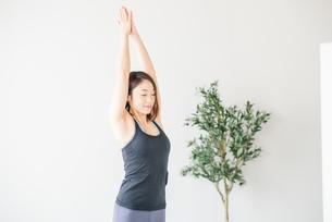 Woman practicing yoga in studio.の写真素材 [FYI04498482]
