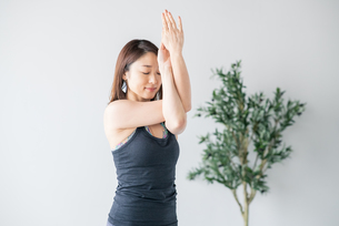 Woman practicing yoga in studio.の写真素材 [FYI04498485]